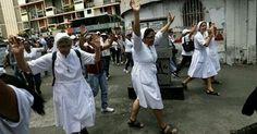 Monjas protestan en Valencia http://m.eltiempolatino.com/news/2014/feb/27/monjas-protestas-en-barrio-pobre-de-valencia/…  pic.twitter.com/2Dr3fEZ5Gk