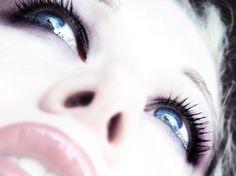 Olhar marcado: 10 truques para usar cílios postiços
