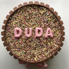 ✨Massa de baunilha, recheio de brigadeiro de morango e muitos KitKatssss para Duda.✨ Para informações contato@maisondubrigadeiro.com