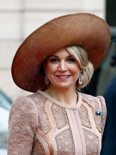 In March 2016 King Willem-Alexander and Queen Máxima made a State visit to France. On the first day Máxima wore this coat dress by Claes Iversen