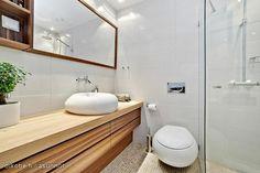Toilet with interestingly shaped washbowl and toilet-seat / Tässä wc:ssä wc-istuin ja lavuaari ovat mielenkiintoisella tavalla muotoiltuja.