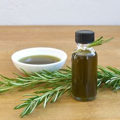 Pin for Later: 88 Awesome DIY Stocking Stuffers Infused Oils These infused oils will make great gifts. Homemade Essential Oils, Making Essential Oils, Making Oils, Crema Facial Natural, Popsugar, Small Glass Containers, Diy Stockings, Infused Oils, Flavored Oils