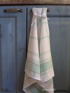 Recycled old table cloth and a VERY pretty way to hang it up! diy Liinasta keittiöpyyhe
