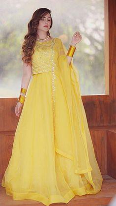 Fancy Dress Design, Stylish Dress Designs, Stylish Dresses For Girls, Casual Dresses, Fashion Dresses, Pakistani Fashion Party Wear, Pakistani Wedding Outfits, Pakistani Bridal Dresses, Bridal Outfits