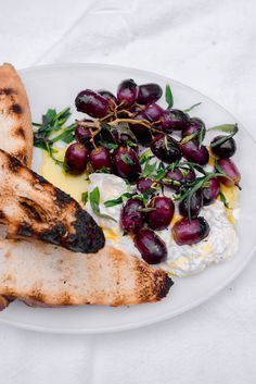 Sweet and smoky grilled grapes with burrata and tossed with olive oil and elegant tarragon. Serve with crusty bread for an impressive and easy appetizer. Snack Recipes, Cooking Recipes, Snacks, Healthy Cooking, Moqueca Recipe, Spinach And Feta, Spinach Pie, Summer Recipes, Chutney