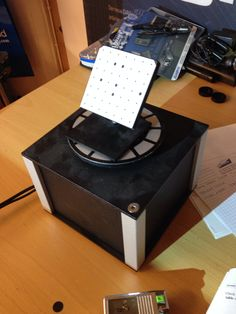 RangeVision 3D-skannerin pyörityspöytä ja kalibrointilevy.