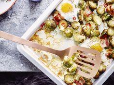 Spruitjes met spek en ei uit de oven - Libelle Lekker  Zo klaar, zo'n ovenplaat vol lekkers. Ideaal voor bij een feestelijke brunch. Krijg je meer gasten? Breek per persoon een eitje extra op de bakplaat!