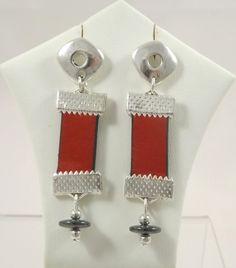 Boucles d'oreilles losange, pendantes, cuir rouge, coupelles d'hématite, perles argentées : Boucles d'oreille par long-nathalie