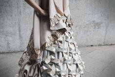 Sculptural Geometric Dress – Fubiz™ En s'inspirant des motifs naturels créés par les dénivellations en paysages montagneux, Alice Allis et Gillian Toh, deux designers basées à Singapour ont conçu cette superbe robe sculpturale avec du papier plié, du bois sculpté et du tissu drapé qu'elles ont pu apposer couche par couche.