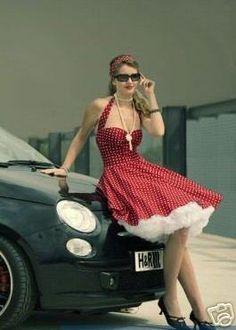 Wunderschön das Kleid im typischen 50er Jahre Polkadot-Dessin. Verarbeitet aus hochwertiger, kühler Baumwolle im schrägen Fadenlauf für einen noch ...