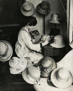 Ladies' hat designer uses oil paint to paint the hats she makes. Each design is different so every hat is a unique product. Kensington, England, hats is one of my main creative goals! Harlem Renaissance, Vintage Photographs, Vintage Images, Retro Images, Jeanne Lanvin, Edwardian Era, Victorian, 1920s Hats, Moda Vintage