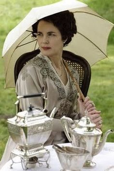 Elizabeth McGovern as Cora Crawley, Countess of Grantham, in Downton Abbey/tea Elizabeth Mcgovern, Jane Austen, Downton Abbey Fashion, Downton Abbey Costumes, Masterpiece Theater, Look Retro, Lady Mary, Fashion Mode, Afternoon Tea