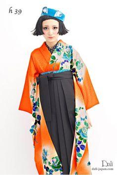 ダリの卒業式アンティーク着物.袴レンタル.オレンジの薔薇のアンティーク振袖お着物の袴スタイル