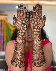 To all the brides who are tying the knot & the Sakhiyaans of the bride-to-be, this treasure trove of easy mehndi designs inspiration is for you & only you! Engagement Mehndi Designs, Latest Bridal Mehndi Designs, Indian Mehndi Designs, Mehndi Designs 2018, Modern Mehndi Designs, Mehndi Design Photos, Wedding Mehndi Designs, Beautiful Mehndi Design, Wedding Henna
