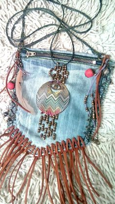 Meine erste handgemachte Tasche im Bohème-Stil. Meine erste handgemachte Tasche im Bohème-Stil. Boho Leather Festival Bag with Crochet Lace Doily and Antique Boho Hippie, Hippie Purse, Estilo Hippie, Hippie Bags, Boho Bags, Boho Gypsy, Bohemian Style, Hippie Style, Bohemian Fashion