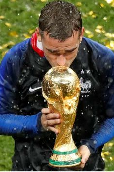France's Antoine Griezmann kisses the trophy to celebrate winning the World Cup 2018 Antoine Griezmann, Soccer World Cup 2018, Fifa World Cup, Football Is Life, Football Soccer, Champion Du Monde Foot, History Of Soccer, France Team, World Cup Russia 2018