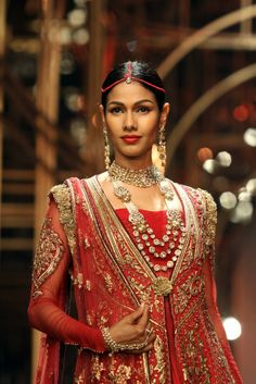 Pairing a double chunky necklace with a simple mang tikka - great idea! | Tarun Tahiliani Aamby Valley Bridal Fashion