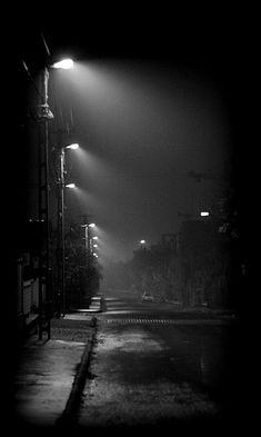 Caminando la noche  Escuchando la música del asfalto  Y un…