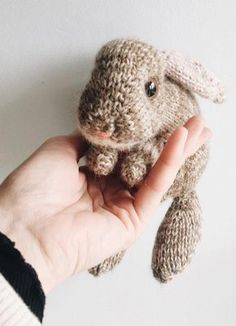 How to knit an easter bunny. Click through for easy step by step tutorial and free knitting pattern to make a knitted easter bunny rabbit. Click through to get tips and all the info you need to make your own #easterbunny #knittingpattern #knittingideas #easter #bunnyrabbits #tutorial #freeknittingpattern #frombritainwithlove