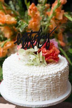 Pastel simple de un piso para una boda íntima pero igualmente espectacular. 25 pasteles de boda espectaculares.