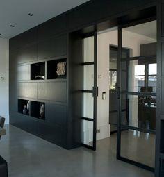 en suite deuren. één deur gaat achter de kast waardoor de opening groter is.
