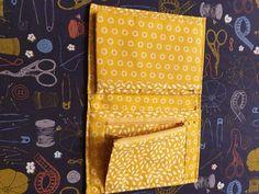 Portefeuille Compère imprimé jaune cousu par Emmanuelle - Patron Sacôtin