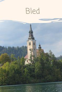 Bled, Eslovênia   Bled é uma cidade localizada no norte de Ljubljana, capital do país, e, acredito eu, que seja a cidade mais turística da Eslovênia. Sim, a cidade parece ter saído de um conto de fadas, principalmente na margem de seu lago, de mesmo nome, que é onde todos vão.