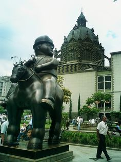 Fernando Botero – Botero Plaza, surrounded by the Museum of Antioquia and the Rafael Uribe Uribe Palace of Culture