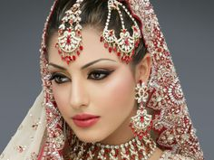 Bridal Makeup Tips and Tricks for a perfect wedding makeup. We will help you out with your task through our expert bridal makeup tips and tricks. Asian Wedding Makeup, Bridal Makeup Tips, Indian Bridal Makeup, Asian Bridal, Bridal Updo, Bride Makeup, Arabic Makeup, Braut Make-up, Exotic Beauties