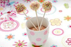 Veikeät Cakepopsit maistuvat varmasti jokaiselle juhlavieraalle! Ota täältä talteen värikkäiden kakkutikkareiden resepti: http://www.dansukker.fi/fi/reseptej%C3%A4/vappu/cake_popsit.aspx