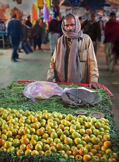 Apple seller Lahore, Pakistan