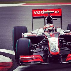 Hammering the corner. Guess the car, year and driver. #F1 #McLaren
