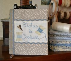 Momentos de Costura: Funda libretas Adult Crafts, Diy And Crafts, Embroidery Applique, Embroidery Designs, Needle Book, Journal Covers, Book Covers, Scrapbook, Quilted Bag