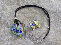 Parure in vetro di Murano con pendente rombo bombato ed orecchini rettangolari. laccio in cotone nero.   Collana dai colori tenui e freschi. Uno miscuglio di colori e striature, sembra un arcobaleno.