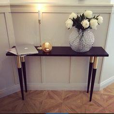 Regram från ett fantastiskt fint stylat hem @lovisaalcen! Vi gillar hur det mörka bordet står i kontrast till den ljusa väggen  Bordet vilar på ben från Pretty Pegs vid namn Estelle. #estellebordsben #prettypegs #confidentliving