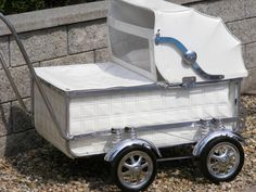 Retro kočárek osmipérák Vintage Stroller, Vintage Pram, Pram Stroller, Baby Strollers, Old Cribs, Prams And Pushchairs, Baby Buggy, Baby Prams, Baby Carriage