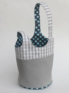 Loads of patterns and detailed instructions on how to make many different fabric bags... great site!