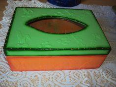 Caixa em mdf com textura de coelhinhos, patinhas, cenouras. Detalhes em relevo. Parte superior com detalhe vazado. R$ 18,00