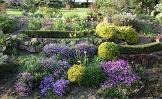 Ein Hanggarten ist bei der Gartengestaltung eine Herausforderung. Mit Terrassen, Mauern und geeigneten Pflanzen lässt er sich gut in Form bringen