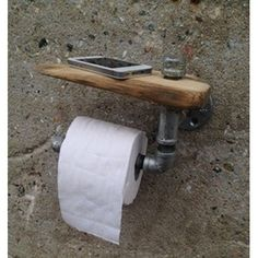 Galvanized steel toilet roll holder with tablet made of reclaimed wood. To give a warm industrial touch to your bathroom! Paper Roll Holders, Toilet Paper Roll Holder, Small Toilet Decor, Ideas Baños, Wall Clock Design, Metal Pipe, Rustic Bathrooms, Gifts For Office, Galvanized Steel