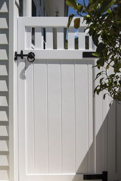 solid white door at the side of a house Want to revamp your garden fence with a creative gate door? Read our article to see the 31 creative fence gate ideas for your home that we've found. Wood Fence Gates, Garden Gates And Fencing, Wooden Gates, Fence Doors, Wooden Garden Gate, Rail Fence, Side Gates, Front Gates, Front Yard Fence