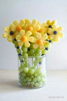 Fruit bouquet ideas for Mother's Day. How to make an edible bouquet with fruit. Edible arrangement with fruit. L'art Du Fruit, Deco Fruit, Fruit Art, Fresh Fruit, Fun Fruit, Fruit Salad, Fruit Ideas, Food Ideas, Fruit Food