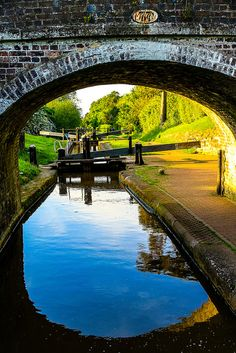 Shropshire Union Canal, leaving Audlem one evening (by narrowboat) Barge Boat, Canal Barge, England Ireland, England And Scotland, Canal Boats England, Narrowboat Holidays, Ocean Photography, Photography Tips, Beautiful Places To Travel