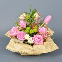 Aranjament floral cu 14 flori cu lalele roz, trandafiri roz, santini verde, lisianthus și floare wax