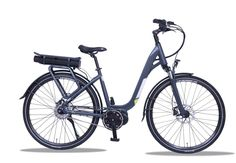 Das agile City E-Bike Ruby aus der WEE Manufaktur in Neuss ermöglicht von der Geometrie her dem Fahrer ein komfortables und aufrechtes Fahren. Der tiefe und breite Einstieg wird durch die Umplatzierung der Batterie nach hinten zusätzlich unterstützt. Damit aber die Steifigkeit weiterhin gegeben ist, hat das WEE E-Bike Ruby einen breiten und stabilen Alurahmen mit einer Dicke von 3mm.