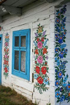 Zalipie, Poland // Did you know there's a village in Poland that is painted with folk flowers? It is called Zalipie and it's located in the South East part of Poland, close to Slovakia. Polish Folk Art, Home Design Decor, Design Ideas, Interior And Exterior, Exterior Design, My House, House Wall, Street Art, Artsy