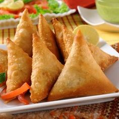 Samosa Recipe in Urdu By Zubaida Tariq; are an exceptionally well known nibble in Pakistan and India. Potato Samosas can be served on any Chicken Samosa Recipes, Easy Chicken Recipes, Indian Food Recipes, Vegetarian Recipes, Cooking Recipes, Indian Foods, What's Cooking, Vegan Vegetarian, Healthy Recipes