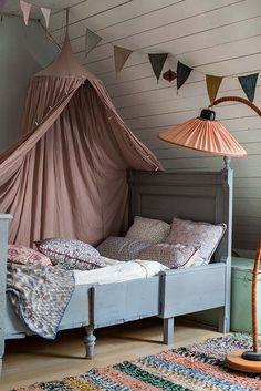 Ein Baldachin bringt eine tolle gemütliche Atmosphäre ins Kinderzimmer. Findet Ihr auch bei uns unter www.kleinefabriek.com