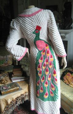 L M S VTG PEACOCK CHENILLE ROBE FITTED - White Pink Robe 1940's LONG BELL SLEEVES