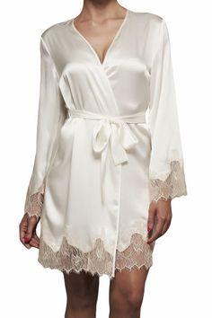 KissKill's otroligt vackra och eleganta brudsmorgonrock Lucy - Vit Morgonrock i siden perfekt inför bröllopet. #weddinglingerie #wedding #lingerie #gown #bröllop
